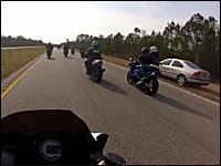 道路を塞いで走るツーリング集団に遭遇したイライラ車が無茶追い越しをして