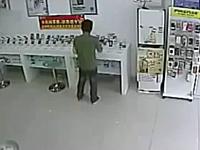携帯電話ショップで撮影された間抜けすぎる泥棒のビデオ。これは笑うwww