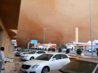 これが本場サウジアラビアの砂嵐。日光を全て遮りわずか数分で暗闇が訪れる。