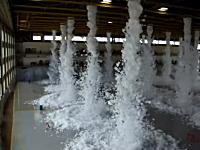巨大倉庫で行われた消火システムの作動テストの映像が凄い。泡だらけw