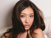 太田千晶 デニムのショートパンツから半分はみ出したプリプリヒップを魅せつけるカジュアルなウェイトレス