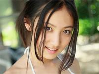 入江紗綾 ストライプ柄ビキニを身につけて巨乳バストの谷間をアピール