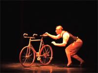 調子乗りなおっさんかと思っていたら、凄腕自転車曲芸師だった!
