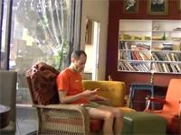 ドッキリ カフェテリアでソファに座ったら・・・なんと人間椅子だった!