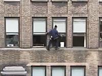 窓の掃除に命をかける窓ガラス清掃人。命綱無しで高所作業。ニューヨーク。