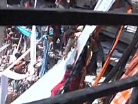 バングラデシュで地震もないのに8階建てのビルが崩壊。死者98人。その現場。