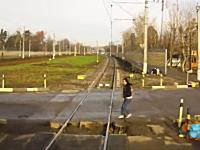 嫌な音がした・・・。電車に気付かず踏切に進入した女性がモロにはねられる