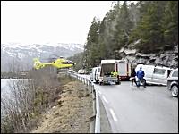 事故現場に到着した救助ヘリコプターのパイロットがガードレールの上に着陸させる。