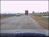 なにこれ自殺!?道路に飛び出した女性を間一髪で避けるトレーラー運転手
