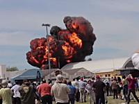 スペインの航空ショーでジェット機が格納庫に突っ込み爆発炎上。操縦士死亡