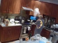 燃えやすい服の危険性。キッチンに立っていたばあちゃんのローブに火が移る