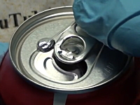 ガリウムを一滴コーラのアルミ缶の上に垂らすと不思議な事が起こる動画。実験。