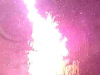 落雷の瞬間を間近で捉えたビデオ。わずか2、30メートル先の木にズバーン!