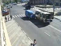 ブレーキを失ったバスが暴走して6人が負傷する事故の映像。ニジニ・ノヴゴロド