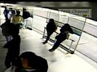 女性の携帯電話を強奪しようとした悪党がわずか数秒後に罰を受ける映像。