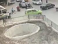 不思議な事故映像。複数のクルマに衝突したバイクが最後に大穴に落ちる。
