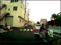 住宅街のT字路でドミノピザがっ!ブレーキで回避してクラクション車載。