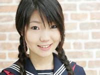 藤咲由姫 半分以上はみ出したグレーのショートパンツを身につけてポーズ