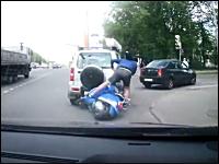 右折車に突っ込んでぶっ飛んだスクーターの兄ちゃんが当て逃げ。丈夫人間