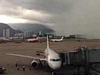 暴風雨はこうしてやってくる。香港国際空港で撮影された驚くべきビデオ。