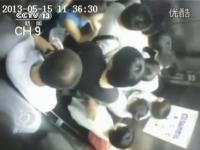 満員のエレベーターで事故。降りようとした女性が半分に切断される(((゚Д゚)))