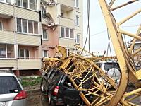 大きな建設用クレーンが倒れて隣のマンションを直撃。その瞬間のビデオ。
