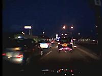 急ブレーキを踏んで後ろのマーチに追突させようとする軽自動車。ドラレコ