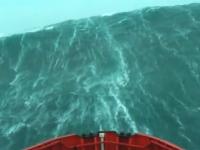 壁のような大きな波が迫ってくる中を進む船の映像。船乗りにはなれそうにない。