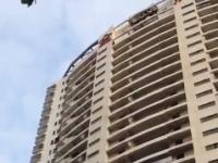 中国で撮影された飛び降り自殺の瞬間。女性がビルの最上階からダイブ。
