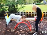 子供の為の遊具で大人が遊んでアウチwYouTube失敗映像集「公園編」