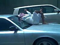 高速道路を走る車のボンネットの上に人がえっ!?リラックスでえっ!?