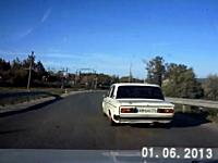 オーバーテイクを拒んだ車が歩行者2名を巻き込み土手から落ちていく