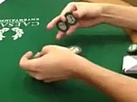カジノのポーカーテーブルにチップを使ったトリックが凄いヤツがいた動画。