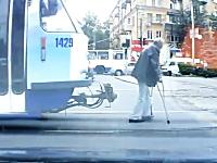 最低人間。松葉杖をついたおじいちゃんを殴り倒すトラムの運転手の映像。
