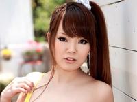 田中瞳 ベッドの上でパープルのビキニ水着を着て爆乳バストをアピール
