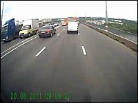 ブレーキが壊れた!踏んでも止まらなくなった!というトラックの車載映像。