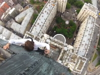 モスクワの少年たちの度胸試しはチンタマが縮む。高層ビルのてっぺん登る。