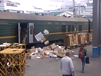 ロシアにも荷物の扱いが酷すぎるヤツがいた動画。大小重さに関係なく投げる。