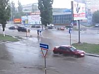 おい無理だろwww洪水で川のようになった道路を渡ろうとした人が流されるwww