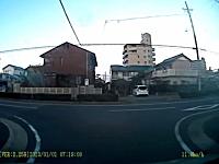路地から出る時は慎重にドラレコ。投稿者の不注意でヤマザキバーン!