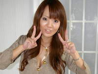 田中瞳 ピンクのビキニ姿で爆入倉あーボディを魅せながらソファに横たわる
