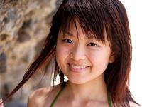 芝田翔生子 ビーチで極小Tバックビキニにデニムのショートパンツを着てはみ出し豊満バストを揺らす