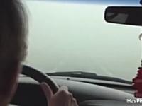 無茶するばーちゃん。深い霧で視界ゼロの中を車で突っ切ったら事故るだろw