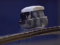 裏返っても落ちない物体。超伝導体の浮上実験をメビウスの輪でやってみた。