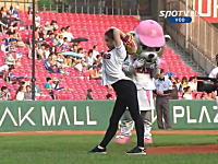 韓国野球の始球式が凄いと世界のインターネッツで話題。Shin Soo ji