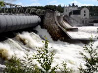 救助ヘリの機転。ダムの放水口の方へ流されていく小型ボートを救った方法。