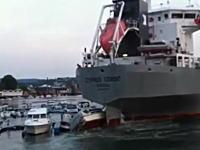 あ〜あ。接岸しようとした大型船が流されて大変な事になってる。被害額ヤバげ。
