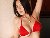 早川貴子 赤のTバックランジェリーを身につけてソファの上でセクシー誘惑ポーズ