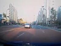 ある意味恐怖のドラレコ。片側3車線の道路をダッシュで走り抜ける小学生。