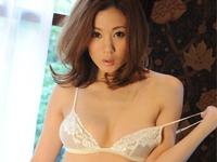 松井沙也香 セクシーランジェリー姿でイスに腰掛けてポーズ